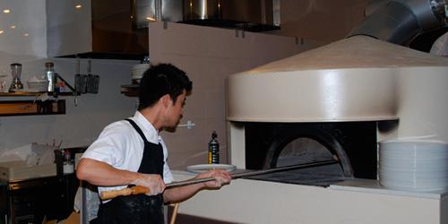 石釜でピザを焼く堅田シェフ